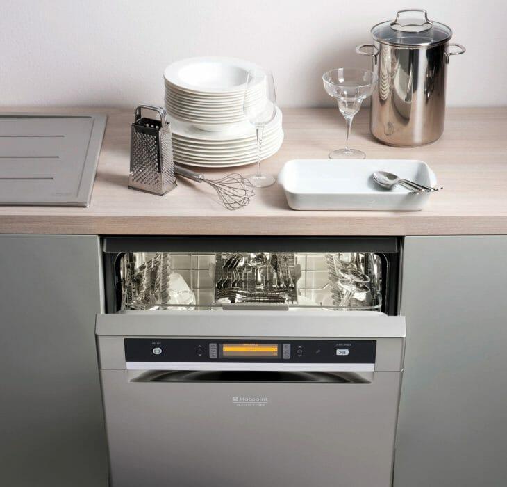 Серебристая посудомойка Hotpoint-Ariston