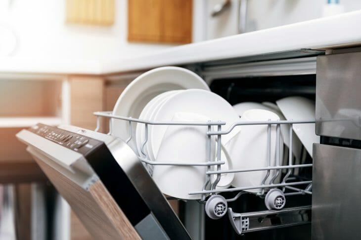 Сушка посуды после цикла мойки в посудомойке