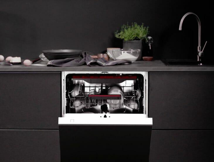 Узкая ПММ AEG в интерьере черной кухни