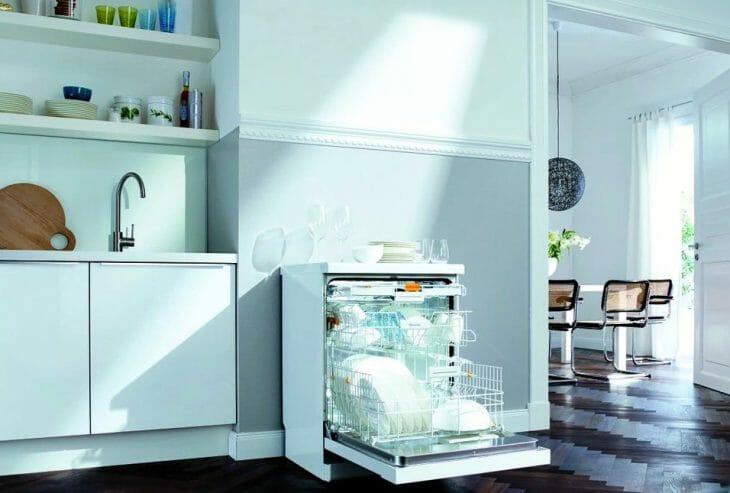 Вместительная отдельно стоящая посудомоечная машина