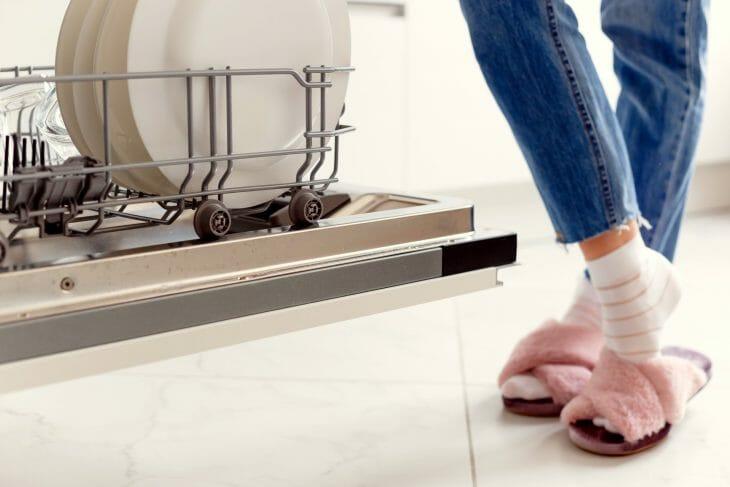 Возле встраиваемой посудомойки Gorenje шириной 45 сантиметров