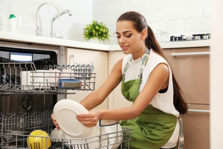 Загрузка посуды в полноформатную посудомойку