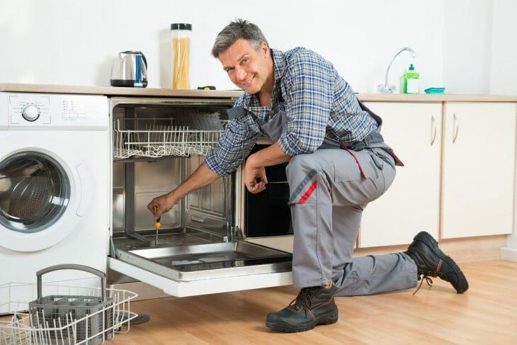 Установка посудомойки седым мужчиной
