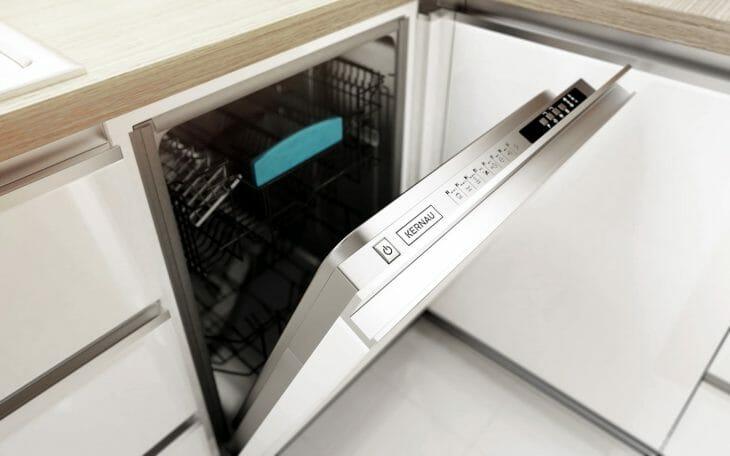 Встраиваемая компактная посудомойка с открытой дверцей