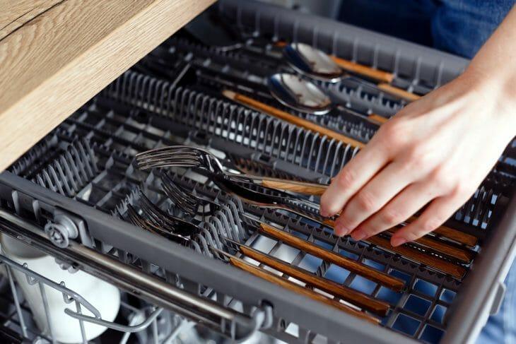 Выдвижной лоток в посудомойке Gorenje