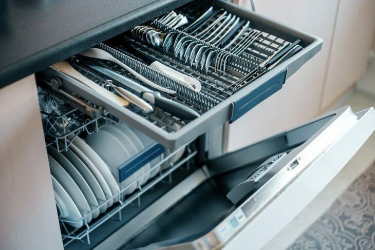 Загрузка посуды для интенсивной мойки