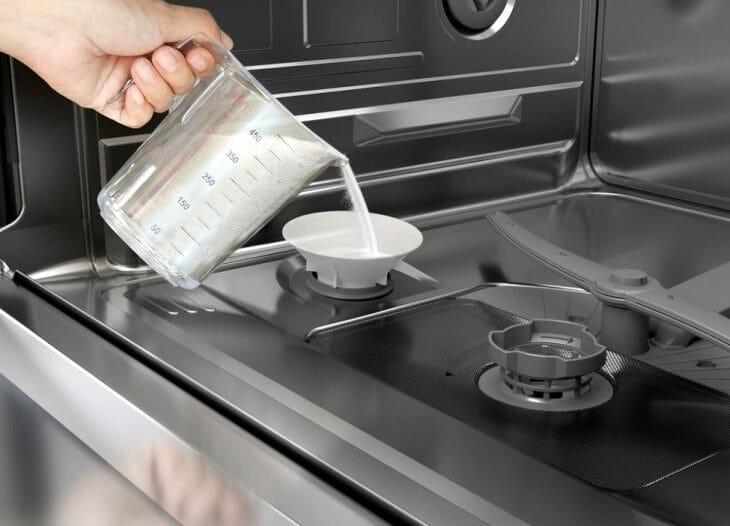 Засыпка смягчающей соли в посудомойку