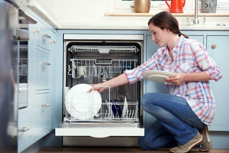 Женщина использует посудомоечную машину Zanussi