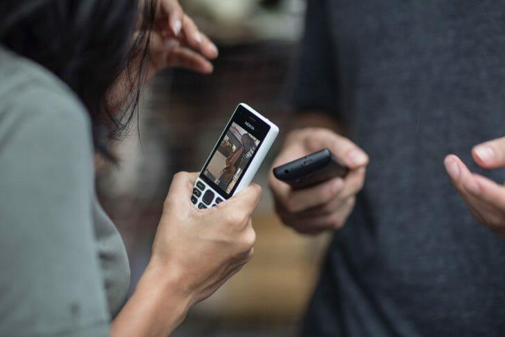 Белый кнопочный телефон с камерой