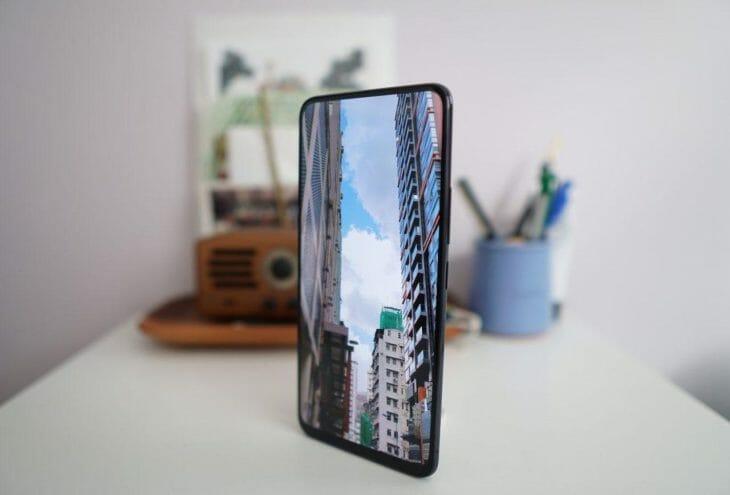 Смартфон с изогнутым экраном высокого разрешения