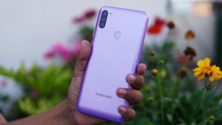 Дешевый смартфон Samsung в руках