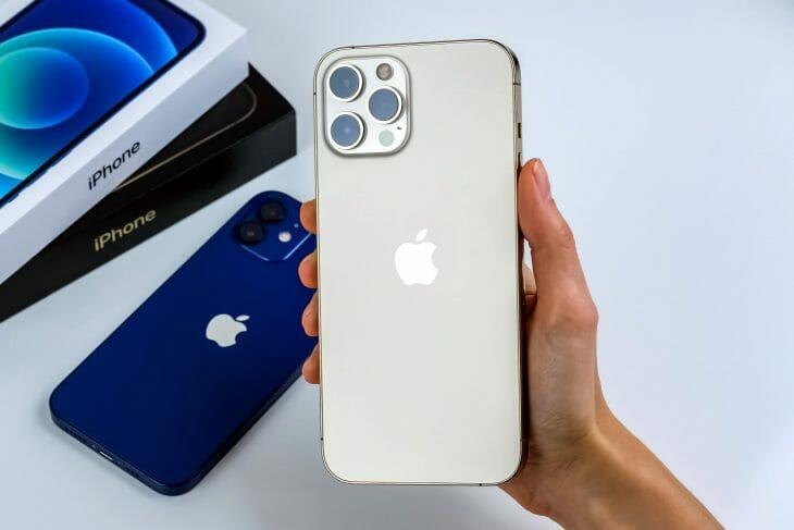 iPhone 12 Pro Max в руке
