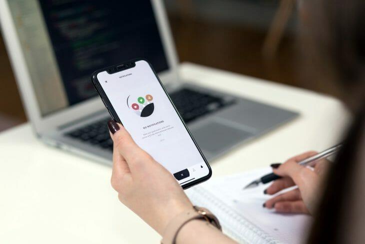 iPhone в руках женщины