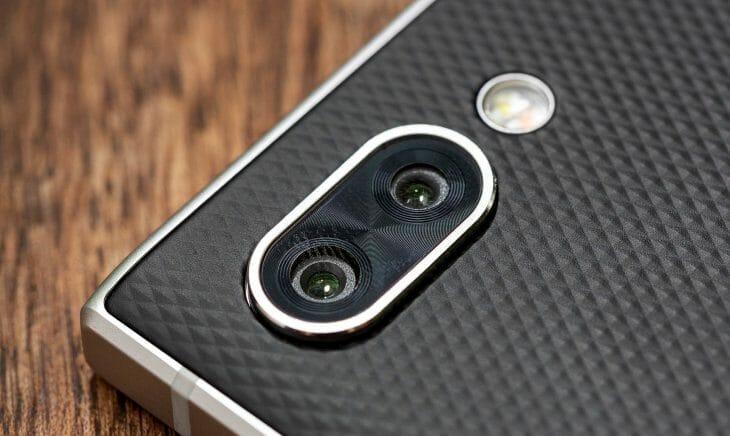 Кнопочный телефон на Android с двойной камерой