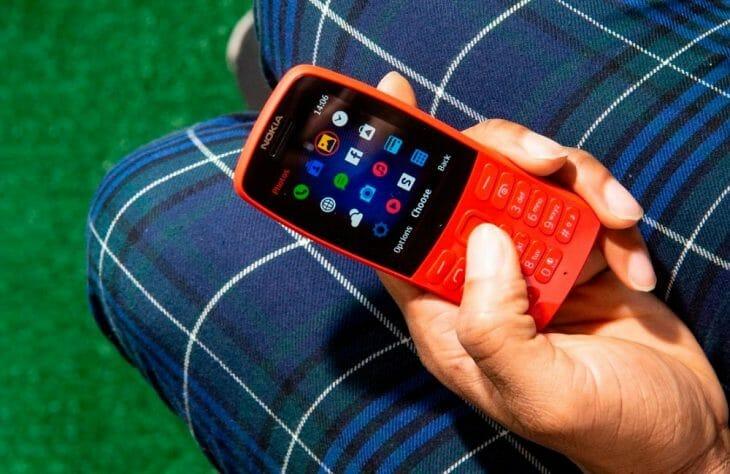 Кнопочный телефон в руке