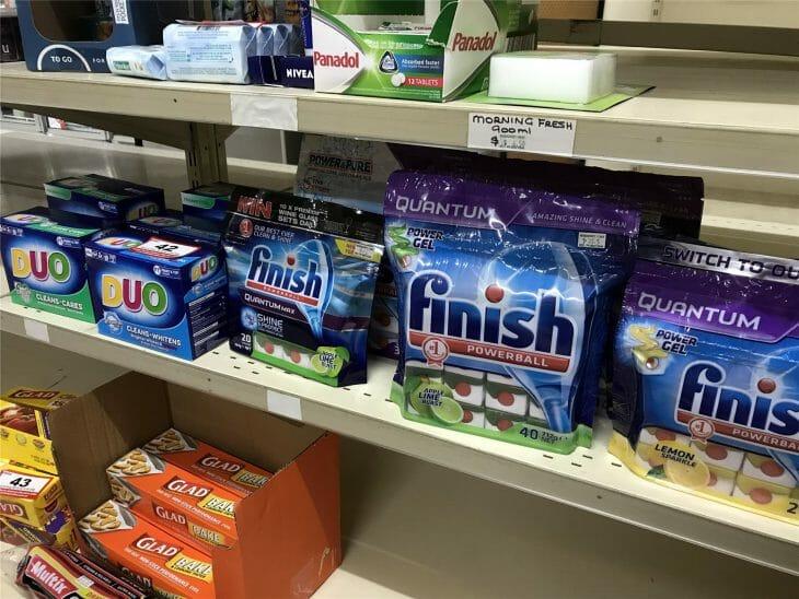 Полка с таблетками для посудомойки в супермаркете