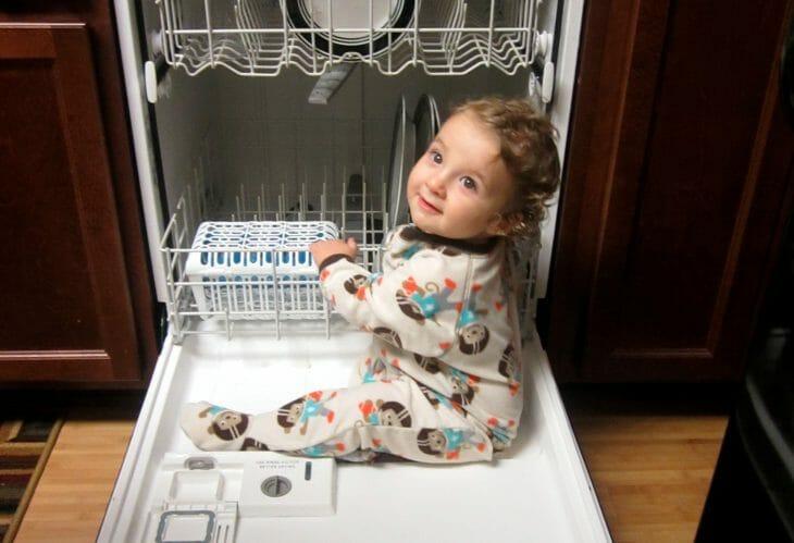 Ребенок на посудомойке
