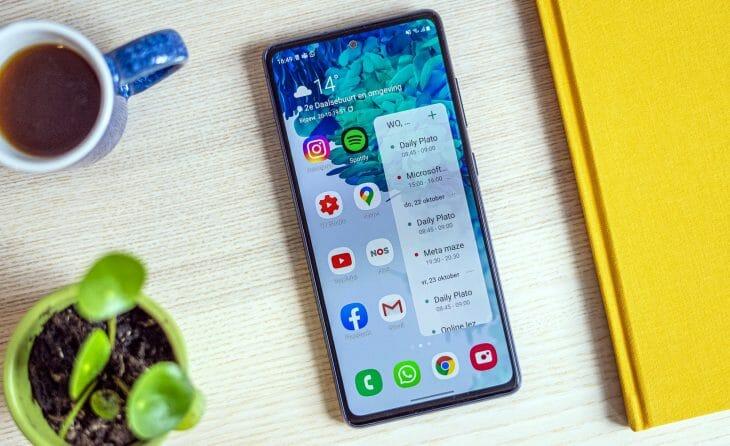 Смартфон Samsung Duos на столе