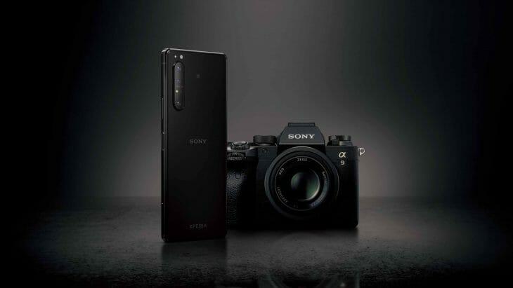 Смартфон Sony возле зеркалки