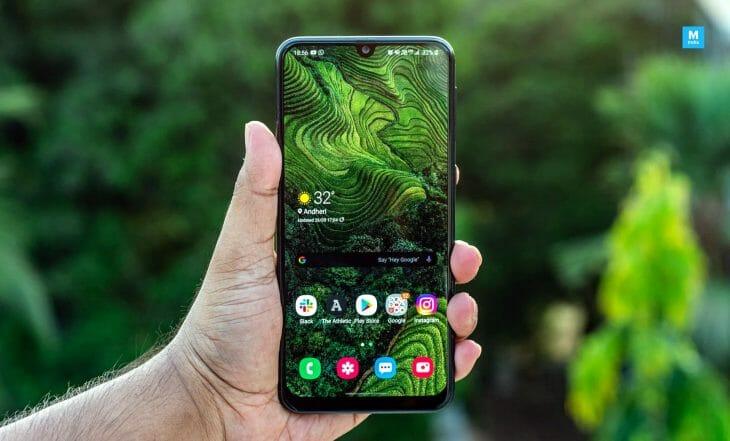 Телефон Samsung с экраном среднего размера