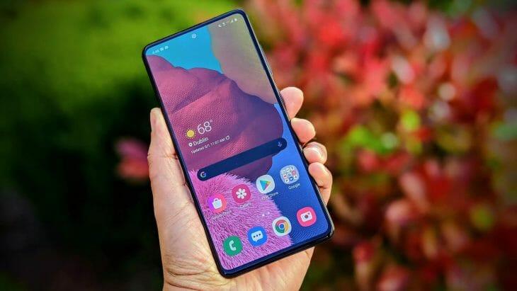 Телефон Samsung в руках