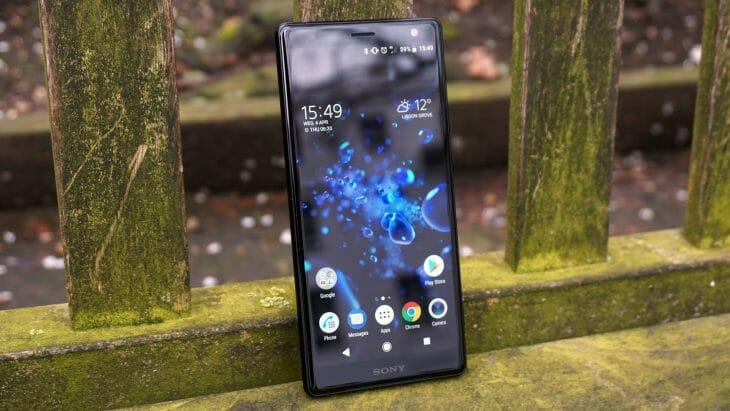Телефон Sony на лавочке