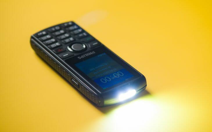 Включенный фонарик кнопочного телефона