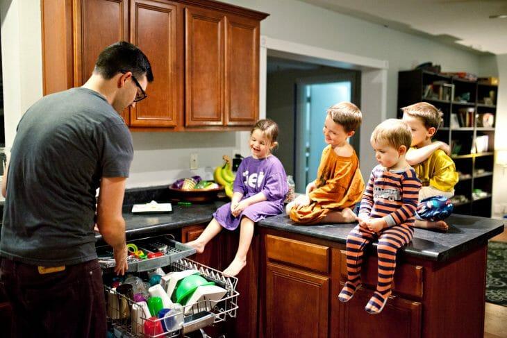 Загрузка посуды в посудомойку всей семьей