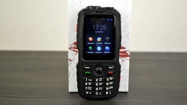 Защищенный кнопочный телефон с павербанком