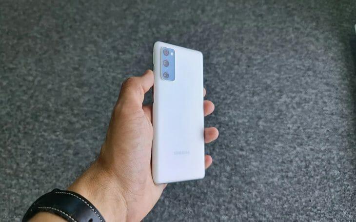 Белый телефон в руке