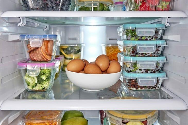 Продукты в холодильнике упакованы