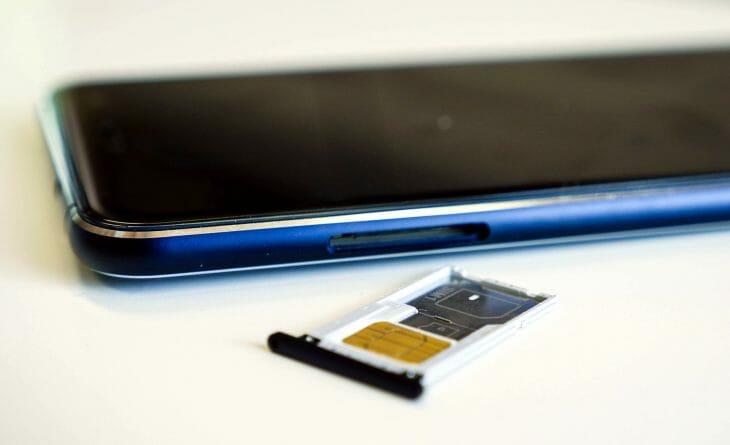 Лоток для карты памяти и сим-карты в смартфоне