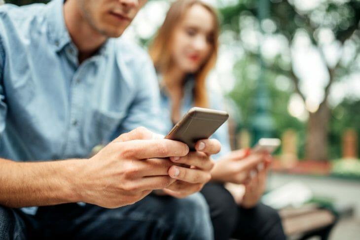 Люди набирают сообщения на телефоне