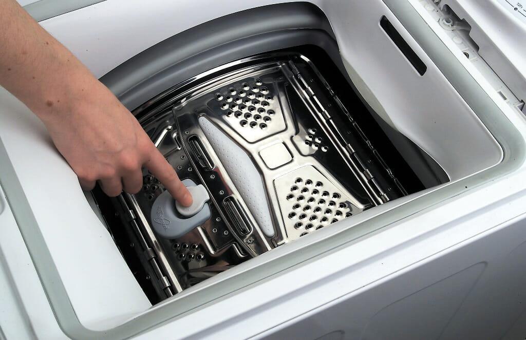 Механизм открытия стиральной машинки с вертикальной загрузкой возле умывальника