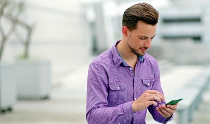 Мужчина с смартфоном