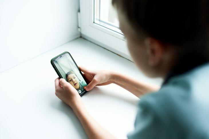 Ребенок использует недорогой телефон