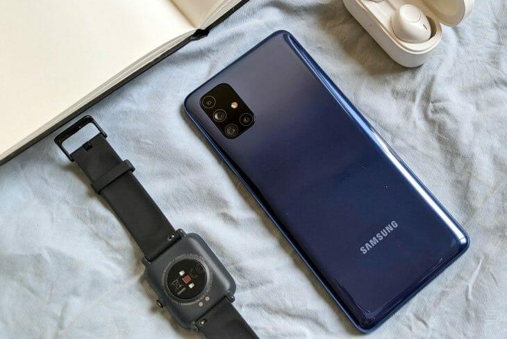 Смартфон Samsung возле смарт-часов и беспроводных наушников