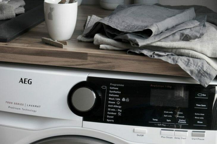 Фотография стиральной машины AEG в интерьере