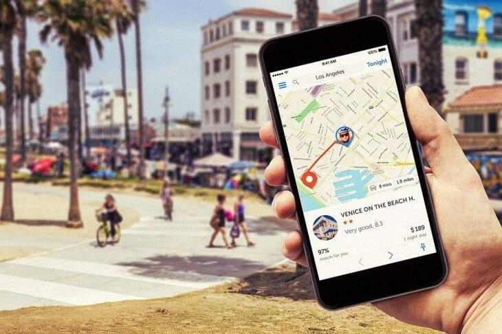 На смартфоне открыта карта