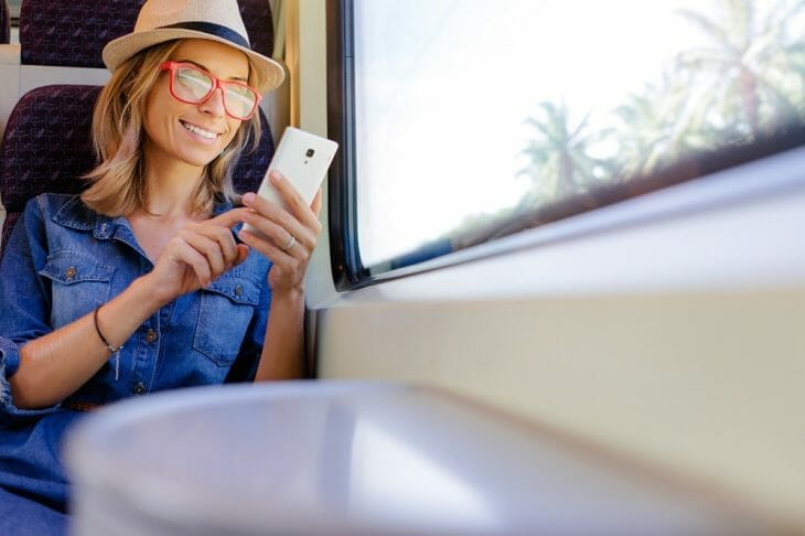 Девушка набирает текст на смартфоне