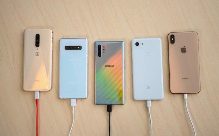 Телефоны заряжаются