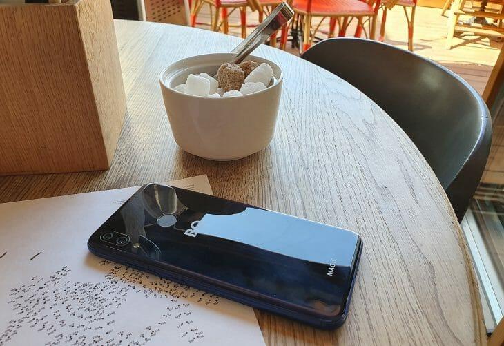Задняя сторона смартфона BQ с хорошей батареей