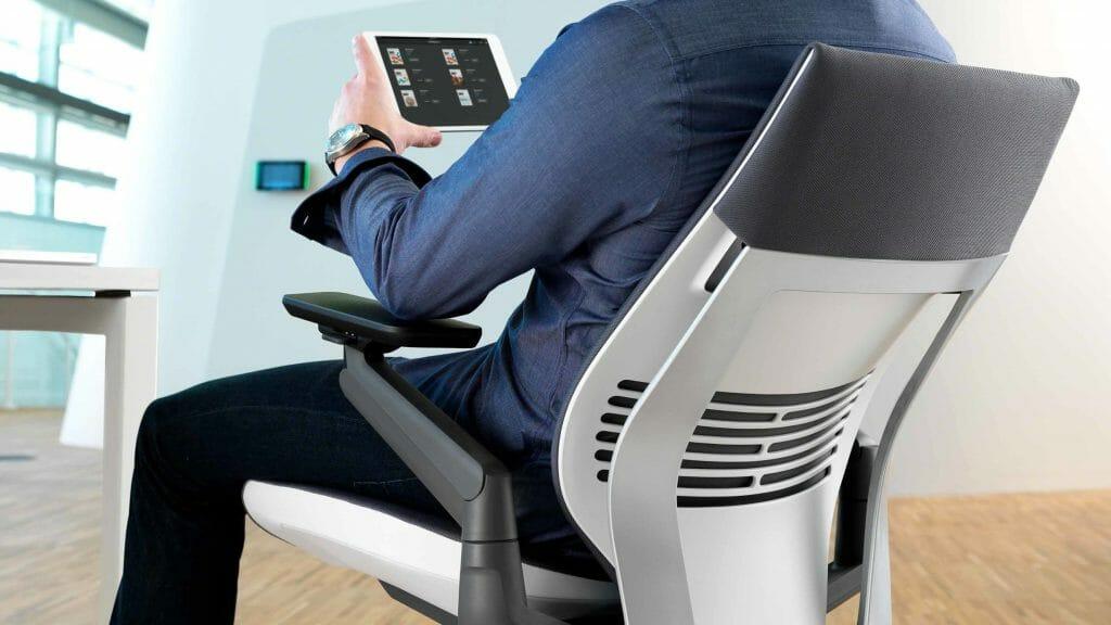 Мужчина сидит на компьютерном кресле