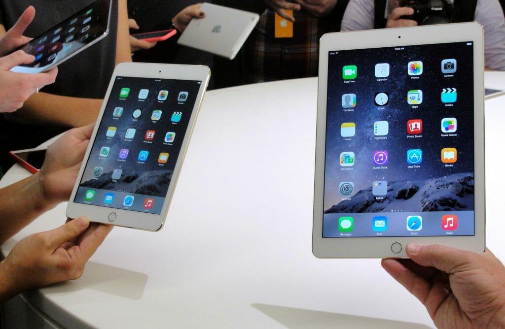 Планшеты Apple в руках