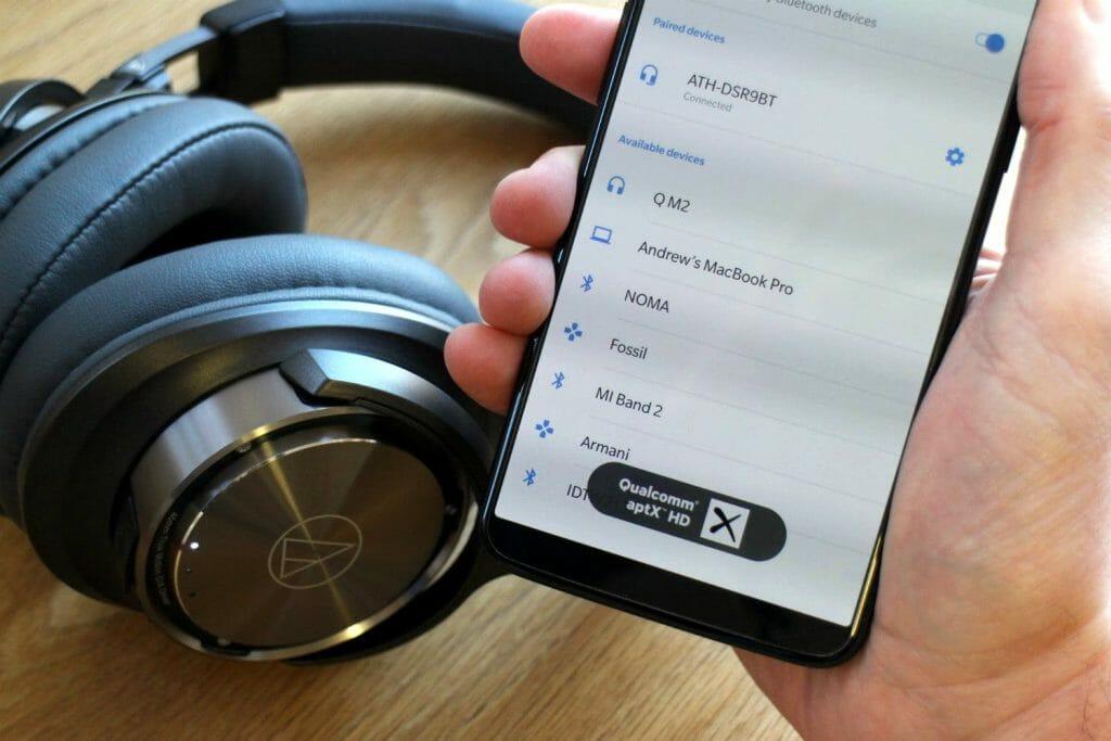 Смартфон и беспроводные наушники с поддержкой aptX