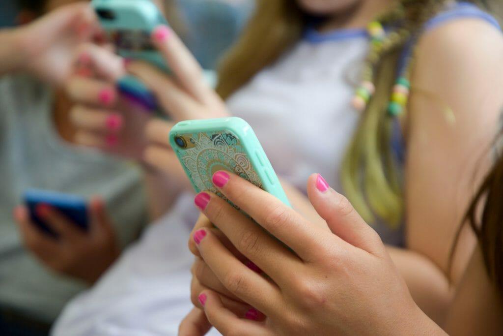 Смартфоны в руках подростков
