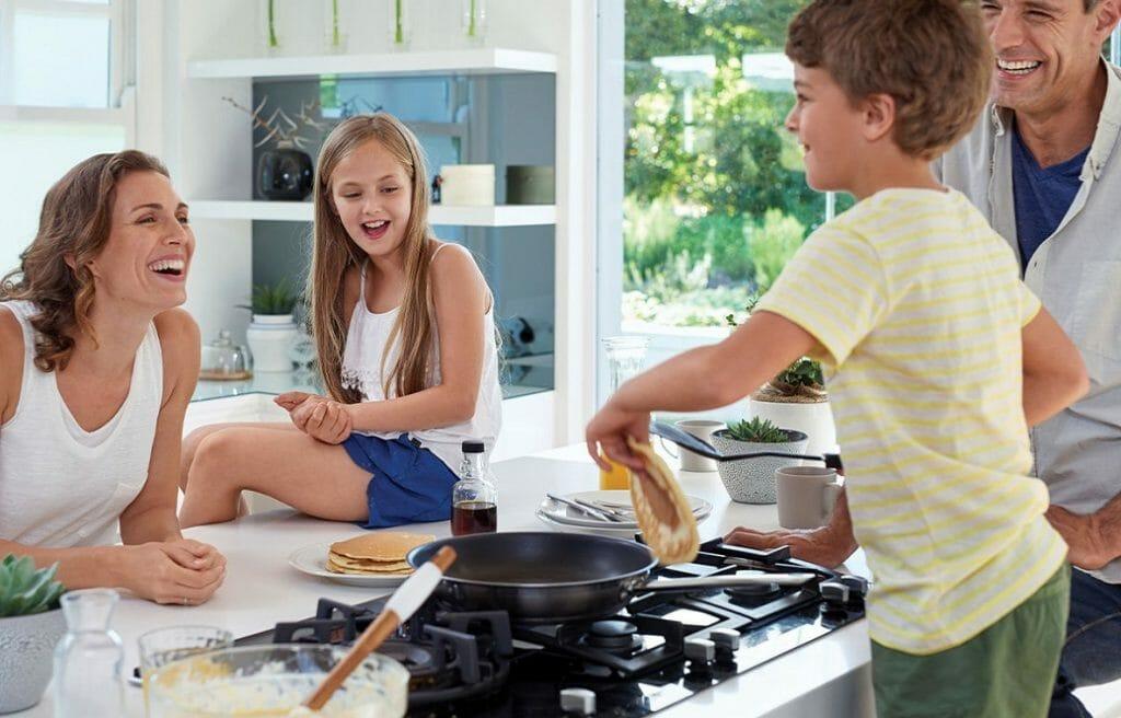 Семья готовит блины