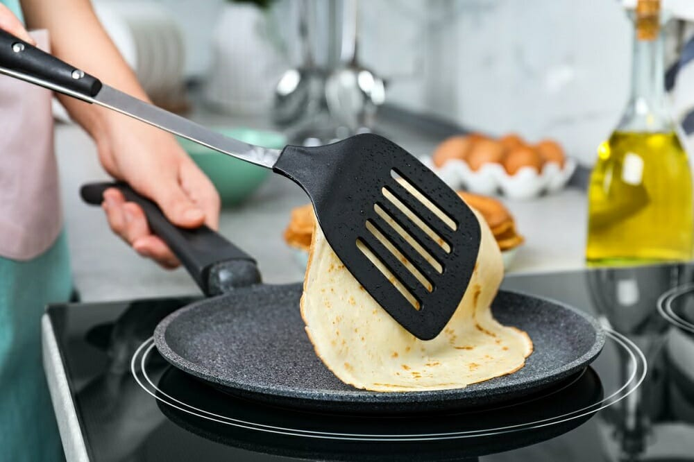 Приготовление блинов на сковороде