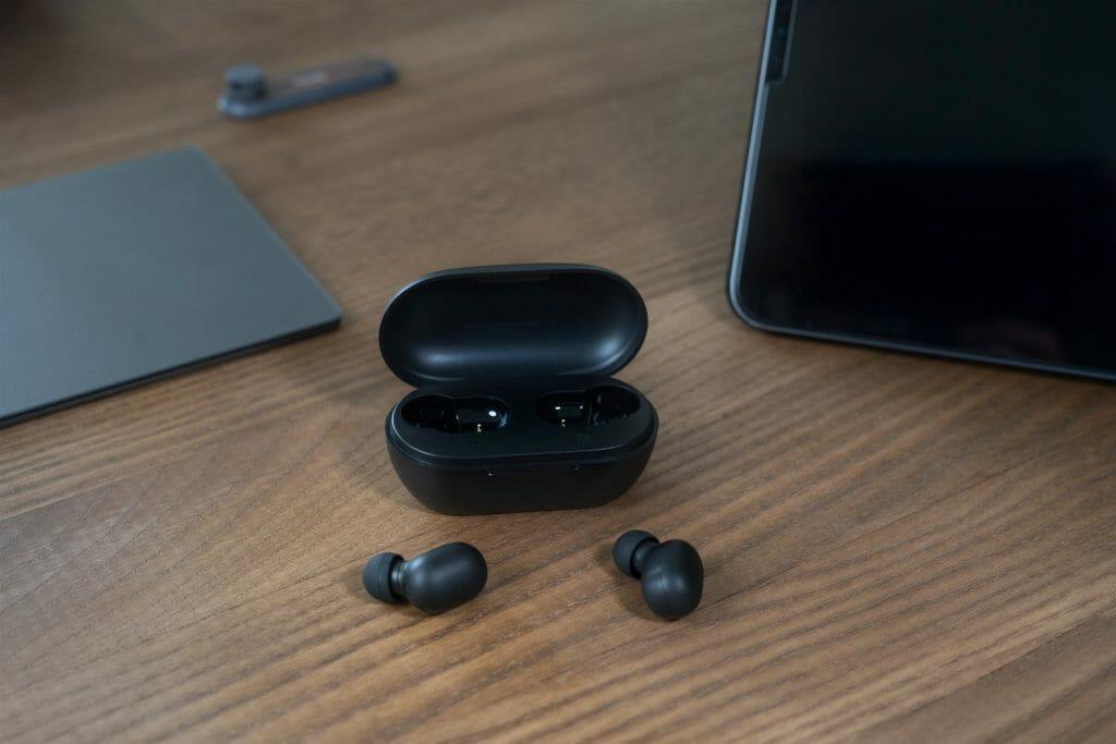 Bluetooth наушники Xiaomi возле кейса для зарядки