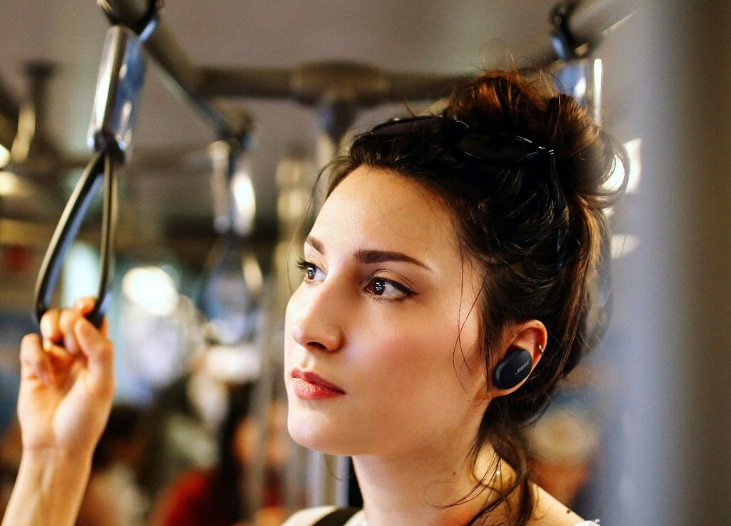 Девушка носит TWS-наушники